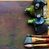 Artist& x27; s warsztat Sztaluga z muśnięciami i tubkami farba Obrazy Royalty Free