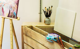 Artist& x27; s warsztat Sztaluga z muśnięciami i tubkami farba Fotografia Stock