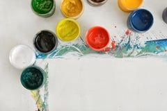 Artist& x27; s miejsce pracy z papierem i słojami różna farba Zdjęcie Royalty Free