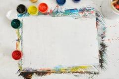 Artist& x27; s miejsce pracy z prześcieradłem papier i słój różna farba Zdjęcia Royalty Free