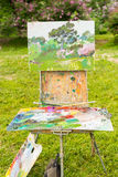 Artist& x27 s sketchbook με την παλέτα και την εικόνα σε έναν κήπο Στοκ εικόνες με δικαίωμα ελεύθερης χρήσης