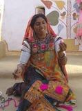 Artista al cammello giusto, Jaisalmer, India della signora Immagini Stock