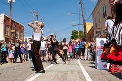 Artista anormal Swallows Five Swords de la demostración en el festival de Atlanta Imágenes de archivo libres de regalías