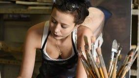 Artista atrativo novo que trabalha no estúdio da arte filme