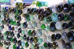 Artista Built Wall de frascos coloridos foto de stock