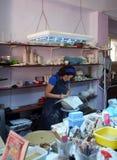 Artista cerâmico que trabalha em seu estúdio imagem de stock royalty free