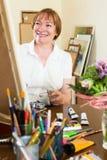 Artista che crea una nuova immagine allo studio di arte Fotografia Stock