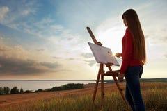 Artista che dipinge un paesaggio del mare Fotografia Stock Libera da Diritti