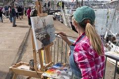 Artista che dipinge una nave alta Fotografie Stock