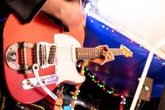 Artista che gioca chitarra elettrica sulla fase immagine stock