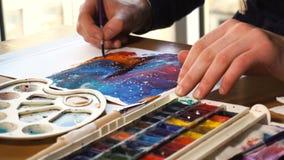 Artista che lavora alla pittura stock footage