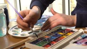 Artista che lavora alla pittura archivi video
