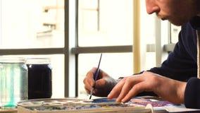 Artista che lavora alla pittura video d archivio