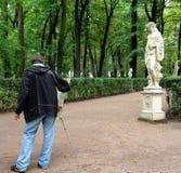 Artista che vernicia una statua antica immagine stock