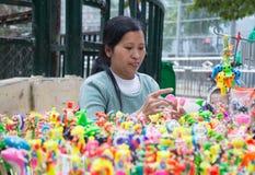 Artista civil vietnamiano fêmea (homem dos artesanatos) que faz brinquedos tradicionais Fotografia de Stock
