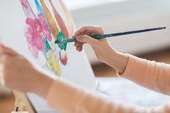 Artista com a escova que pinta ainda a vida no estúdio Fotografia de Stock Royalty Free