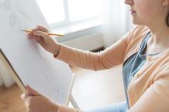 Artista com imagem do desenho de lápis no estúdio da arte Imagem de Stock