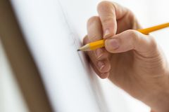 Artista com imagem do desenho de lápis no estúdio da arte Fotos de Stock Royalty Free