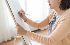 Artista com imagem do desenho de lápis no estúdio da arte Imagem de Stock Royalty Free