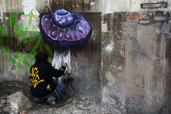 Artista com lata de pulverizador que pinta Fotografia de Stock Royalty Free