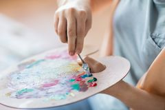 Artista com pintura da faca de paleta no estúdio da arte Fotos de Stock Royalty Free