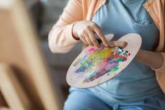Artista com pintura da faca de paleta no estúdio da arte Imagens de Stock