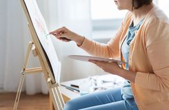Artista com pintura da faca de paleta no estúdio da arte Imagem de Stock