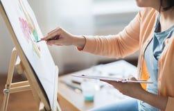 Artista com pintura da faca de paleta no estúdio da arte Foto de Stock Royalty Free