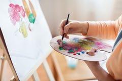 Artista com pintura da paleta no estúdio da arte Imagens de Stock Royalty Free