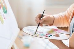 Artista com pintura da paleta no estúdio da arte Fotografia de Stock Royalty Free