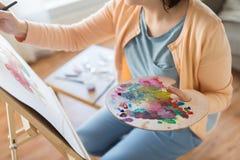 Artista com pintura da paleta no estúdio da arte Imagens de Stock