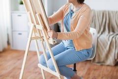 Artista con l'immagine del disegno del cavalletto allo studio di arte Fotografia Stock Libera da Diritti