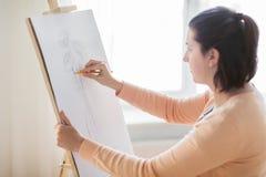 Artista con l'immagine del disegno a matita allo studio di arte Fotografia Stock Libera da Diritti