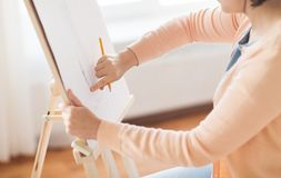 Artista con l'immagine del disegno a matita allo studio di arte Fotografia Stock