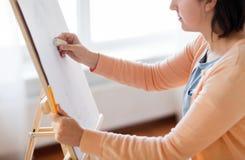 Artista con la imagen del dibujo del borrador en el estudio del arte Fotografía de archivo libre de regalías