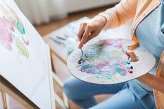 Artista con la pittura del mestichino allo studio di arte Fotografia Stock Libera da Diritti