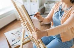 Artista con la pittura della spazzola allo studio di arte Fotografia Stock Libera da Diritti