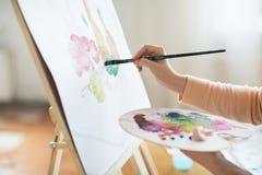 Artista con la pittura della tavolozza allo studio di arte Fotografie Stock Libere da Diritti