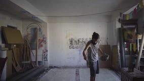 Artista contemporaneo che lavora nel suo studio stock footage
