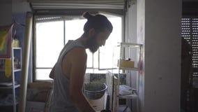 Artista contemporaneo che lavora nel suo studio archivi video