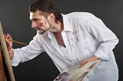 Artista creativo con la tavolozza e spazzole nell'azione Fotografia Stock Libera da Diritti