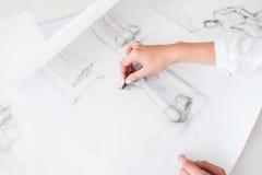 Artista d'aspirazione che impara disegnare i dettagli Immagini Stock Libere da Diritti