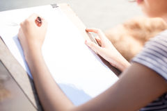 Artista da mulher que faz a esboços algo foto de stock