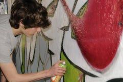 Artista da rua ocupado com uma lata do aerossol Fotos de Stock