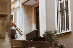 Artista da rua que joga o clarinete para o dinheiro imagens de stock