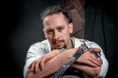 Artista da tatuagem com uma máquina da tatuagem em um estúdio da oficina Fotografia de Stock Royalty Free