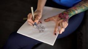 Artista da tatuagem da menina que cria o projeto vídeos de arquivo