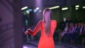 Artista de canto da menina no vestido vermelho na cena, opinião traseira o cantor da menina em luzes da fase Música do canto da j vídeos de arquivo