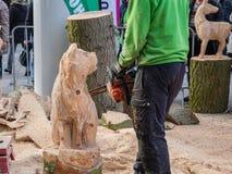Artista de cinzeladura de madeira no trabalho Imagens de Stock