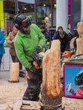 Artista de cinzeladura de madeira no trabalho Fotos de Stock